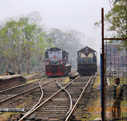 Maitree Express from Dhaka to Kolkata swaps engines at the border.
