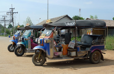 Tuk tuks outside Aranyaprathet station