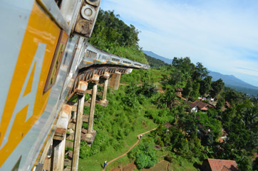 Argo Wilis crossing a wooden viaduct between Bandung and Surabaya