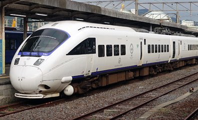 "Class 885 train operating a Kamone Limited Express from Nagasaki to Hakata"" width=""395"" height=""240"