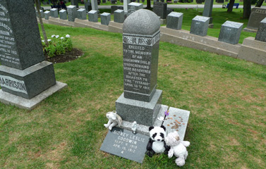 Grave of the unknown child, Titanic graves.