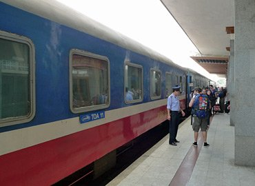 Train SE1 at Danang