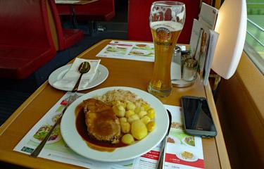 Déjeuner dans la voiture-restaurant du train ICE Berlin-Vienne