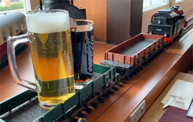 Beer arrives by model train at the Altora Eisenbahn Themenhotel