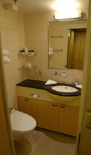 Queen Mary 2: Standard stateroom en suite toilet
