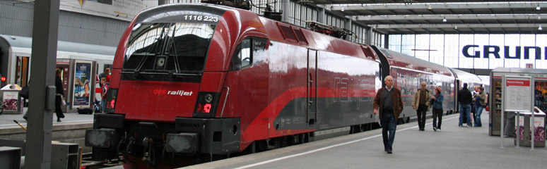 A railjet train about to leave Munich Hbf