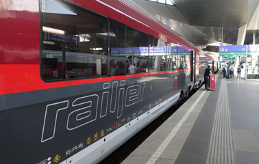 Railjet train at Vienna Hbf